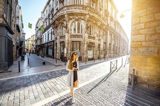 Jonge vrouwentoerist op de straten van Bordeaux