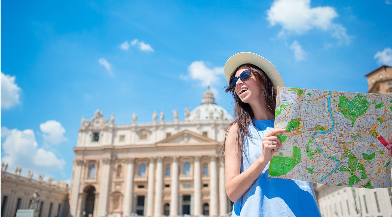 Junge Frau auf Städtereise