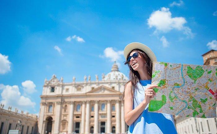 Jeune femme en city trip