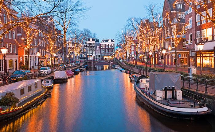 Amsterdamse gracht met kerstlichtjes