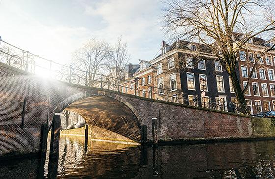 Brug over Amsterdamse gracht met winterzon