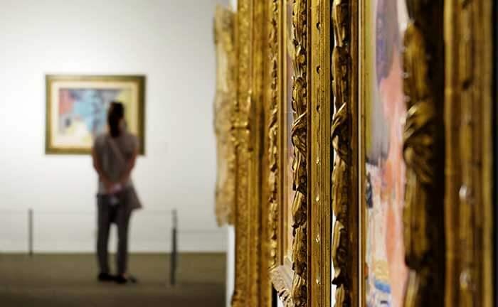 Besucher in einem Museum in Den Haag
