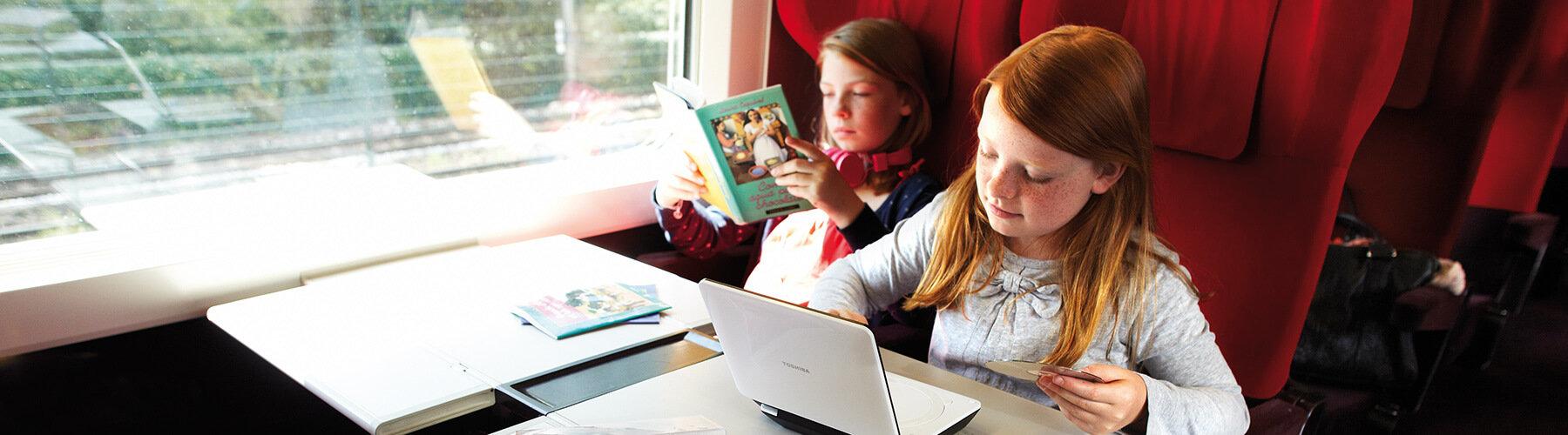 Twee meisjes in een trein