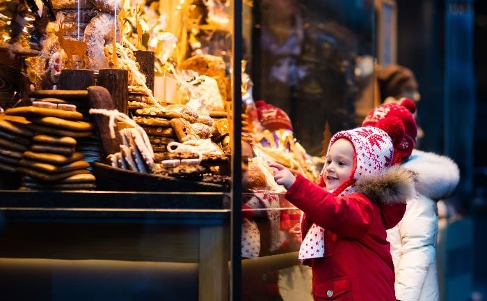 Enfants devant vitrine de pain d'épice et autres délices allemands