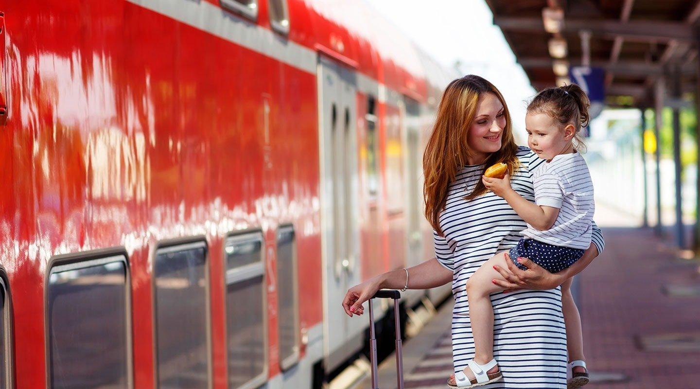 Mädchen mit Mutter auf dem Bahnsteig