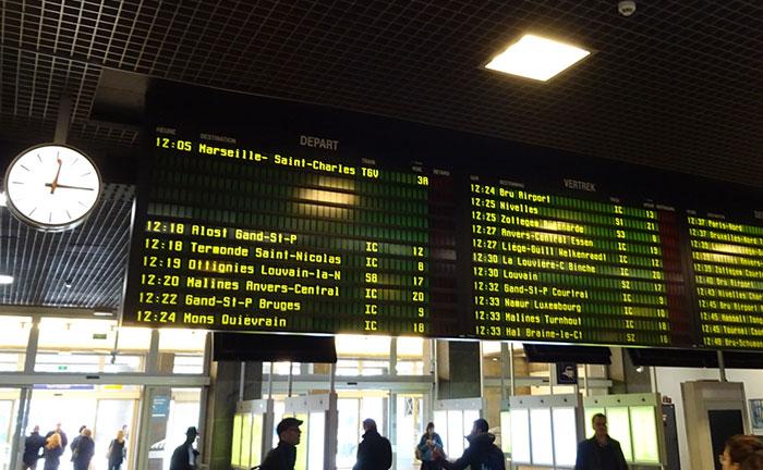Stationsbord met vertrektijden