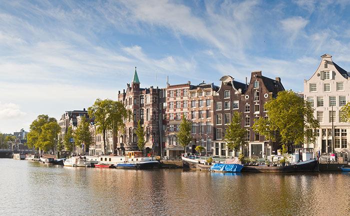Kanäle und traditionelle Häuser in Amsterdam im Herbst