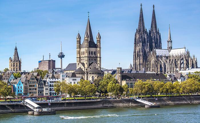 De kathedraal en de Rijn in Keulen in de herfst