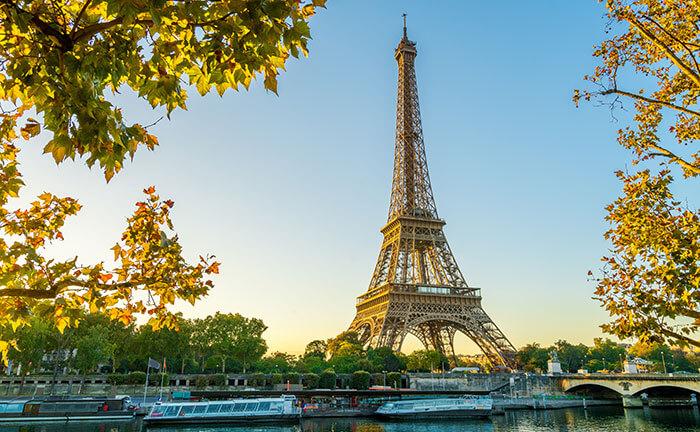 Der Eiffelturm und die Seine in Paris im Herbst